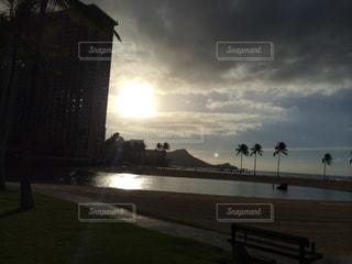 水の体に沈む夕日の写真・画像素材[851053]