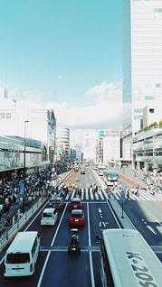 近くに忙しい街の通りのの写真・画像素材[740870]
