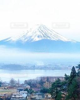 背景に山のある都市の眺めの写真・画像素材[3372462]