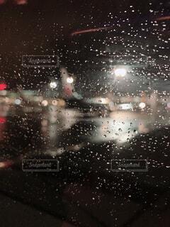 雨の中の花火の群の写真・画像素材[4390763]