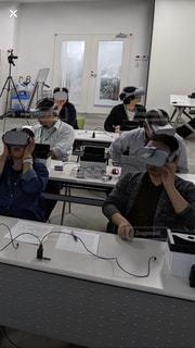 テーブルに座っているVR研修のグループの写真・画像素材[2415817]