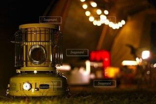 夜の線路上の電車の写真・画像素材[3956579]