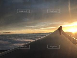 飛行機から見えた朝日の写真・画像素材[775827]
