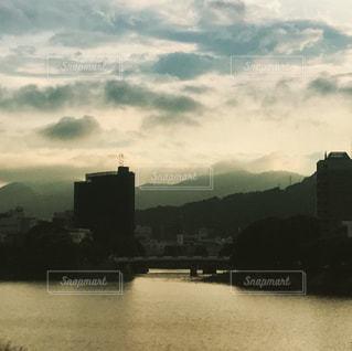 バック グラウンドで市と水の大きな体の写真・画像素材[883614]