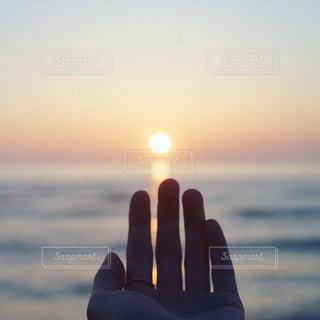 女性,自然,風景,アウトドア,海,空,夏,自撮り,夕日,手