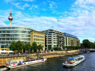 市街地の眺めとボートと川の写真・画像素材[743110]