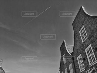 建物と飛行機雲 - No.745184
