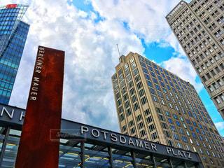 背景の高層ビル街の景色の写真・画像素材[745194]