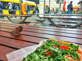 木製テーブルの上にいるスズメの写真・画像素材[754999]