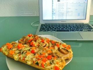 テーブルの上にあるピザ - No.757646