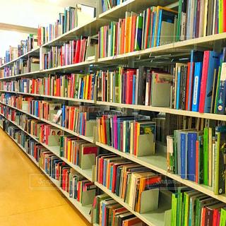 本棚は本でいっぱいの写真・画像素材[759839]