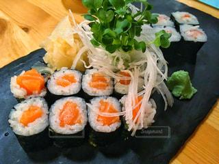 木製テーブルの上寿司 - No.786705