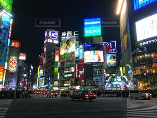 近くに夜の忙しい街のアップの写真・画像素材[931916]