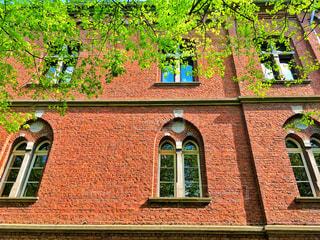 大きなレンガの窓のある建物の写真・画像素材[933721]