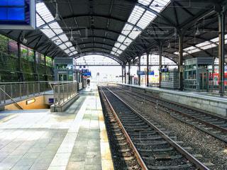 電車の駅で座っている人々 のグループ - No.936929