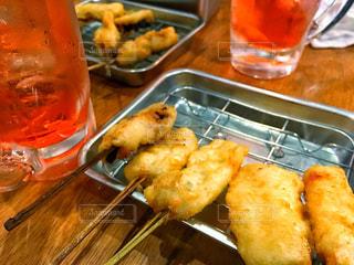 テーブルの上に食べ物のトレイ - No.937206