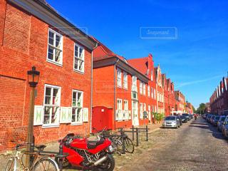 赤れんが造りの建物の前に自転車止めてください。の写真・画像素材[1042768]