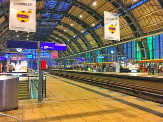 電車の駅で座っている人々 のグループの写真・画像素材[1042770]