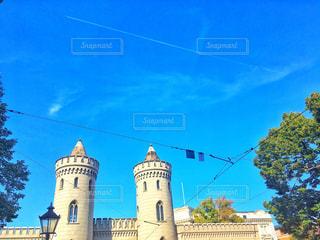背景の大きな建物の写真・画像素材[1048424]