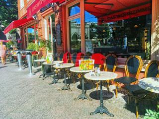 建物前のテーブルに座っている人々 のグループ - No.1048426