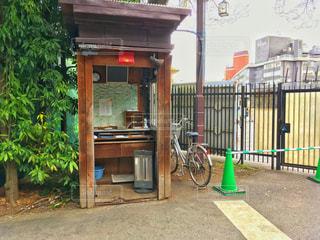 建物の前に停まっている自転車の写真・画像素材[1085627]