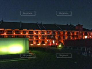 建物は夜ライトアップの写真・画像素材[1117032]