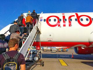 飛行機の周りに立って人々 のグループ - No.1128771