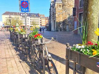 自転車は建物の脇に駐車 - No.1128778