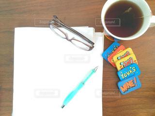 木製のテーブルの上に座ってコーヒー カップの写真・画像素材[1872402]
