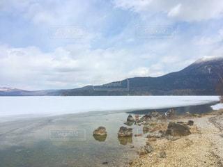 背景の山と水体の写真・画像素材[1939830]