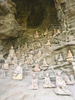 岩の上に座っている男性のグループの写真・画像素材[2845323]