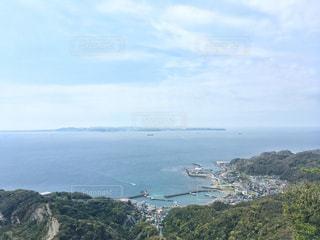 山を背景にした大きな水域の写真・画像素材[2845348]