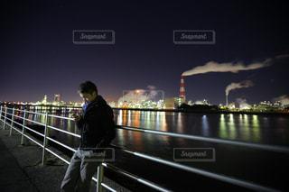 工場夜景と男性の写真・画像素材[998528]