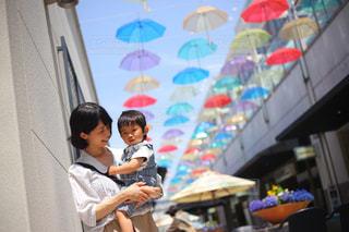 カラフルな傘の前での写真・画像素材[1203719]