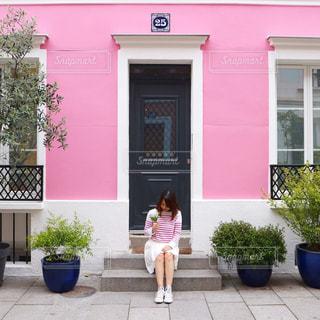 かわいいピンクの家の前でぱちり。の写真・画像素材[752119]