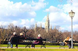 フィールドの馬に座っている人々 のグループの写真・画像素材[1173362]