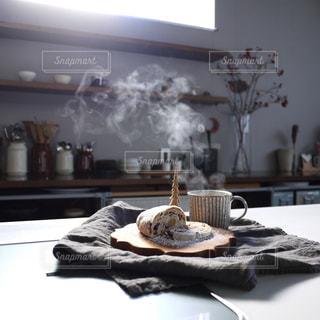 コーヒーとシュトレンとキッチンの写真・画像素材[904668]