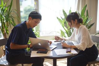 ラップトップ コンピューターを使用してテーブルに座っている人々 のグループの写真・画像素材[734514]