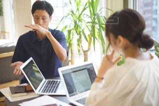 ラップトップを使用してテーブルに座っている人々 のグループの写真・画像素材[735279]