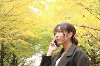 携帯電話で話す人の写真・画像素材[853263]