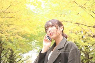 携帯電話で話す人の写真・画像素材[853264]