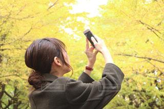 携帯電話で通話中の女性の写真・画像素材[853266]