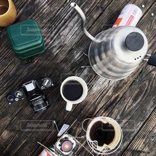 木製テーブルの上のコーヒー カップの写真・画像素材[861869]