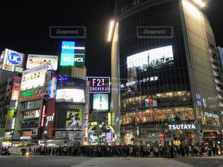 夜の渋谷のスクランブル交差点の写真・画像素材[806946]