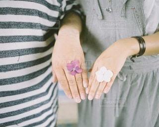 2人,花,カップル,手,指輪,人物,夫婦,結婚,ウエディング