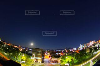 月夜に照らされる町の写真・画像素材[963272]