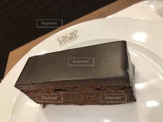 皿にチョコレート ケーキの写真・画像素材[724335]