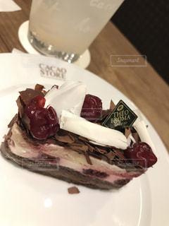 ケーキと皿の上のアイスクリームの写真・画像素材[724336]