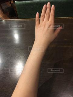 テーブルに座って手を見てる - No.849967
