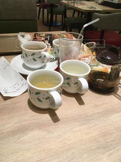テーブルの上のコーヒー カップの写真・画像素材[937260]